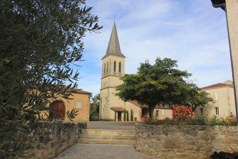 Vue sur l'église de Roques depuis la place du village