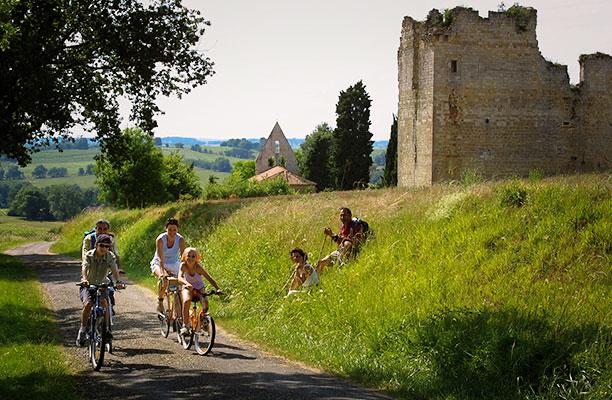 marcheur et cycliste au chateau de Lagardère