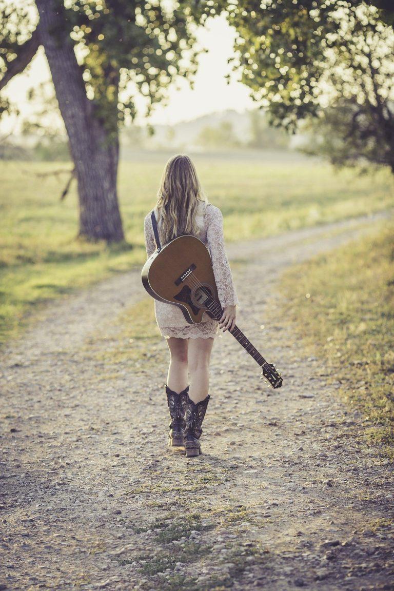 Country Vic - jeune femme et guitare