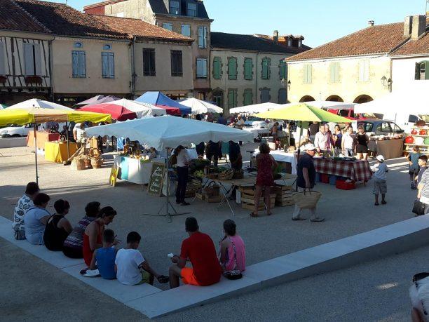 place du marché de Lupiac avec vue sur les stands